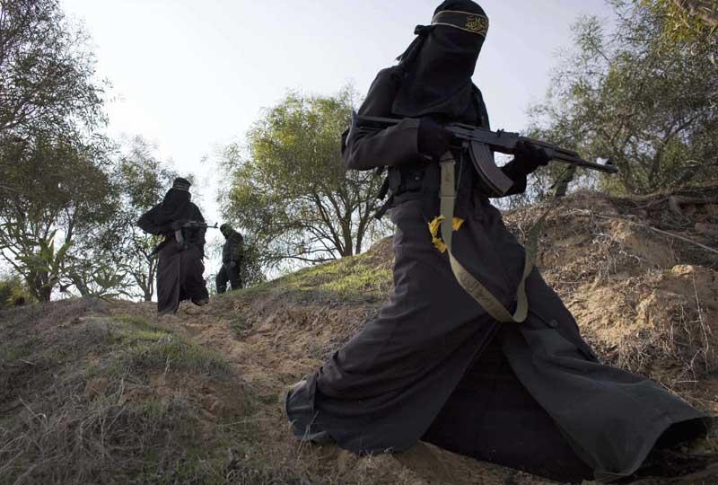 Femmes bombes. Elles sont plusieurs centaines à suivre leur premier stage de formation dans la bande de Gaza pour se préparer au Jihad. Nombre d'entre elles ont déjà participé à ce genre de programme, comme lors du combat entre les Israëliens et les Palestiniens. Tara Todras-Whitehill/SIPA